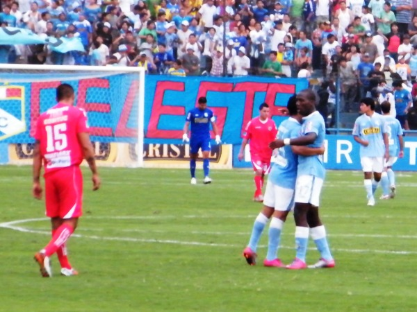 TRES AL BOLSILLO. Luis Advíncula y Yoshimar Yotún se abrazan y festejan aliviados los tres puntos que se quedan en casa ante uno de los que puntean en el torneo. (Foto: Wágner Quiroz / DeChalaca.com)