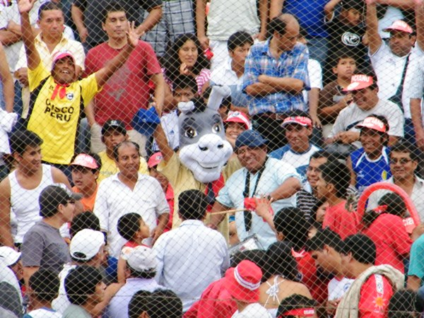 EL HINCHA. Con la intención de llamar la intención, este hincha estuvo en el San Martín con una peculiar cabeza de burro. Pese al calor, y al olor del sudor, no se la quitó durante los noventa minutos. (Foto: Wagner Quiroz / DeChalaca.com)