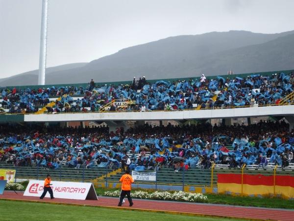 LO CURIOSO. En Huancayo, el público presente en el estadio sorprendió con su sincronización a la hora de ponerle el plástico protector para la lluvia. (Foto: diario Primicia de Huancayo)