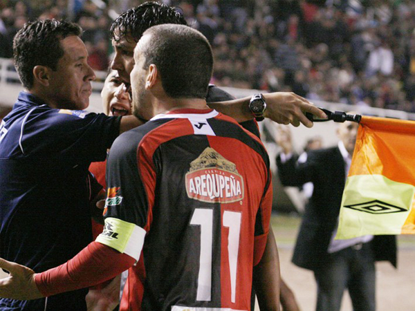 LO DE SIEMPRE. Reclamo airado hacia el juez de línea, una constante en cada partido de nuestro fútbol.(Foto: diario El Pueblo de Arequipa)