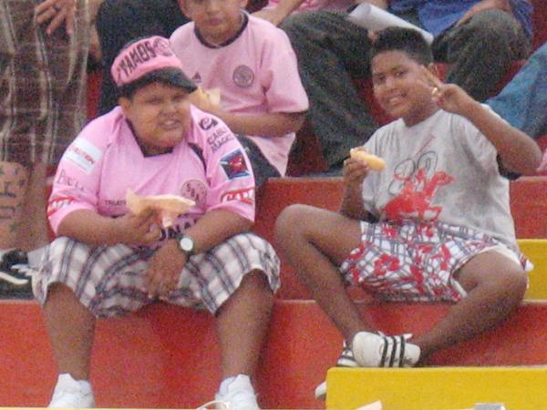 LOS CHOCHES. Este par de amigos no dudó en sonreír para el lente de DeChalaca.com. Los muchachos demostraron que en el Callao el fútbol se disfruta en familia. (Foto: Wágner Quiroz / DeChalaca.com)