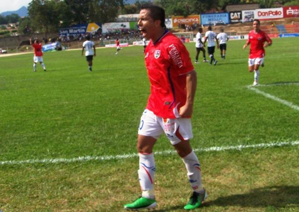 LA CANCHA DE LOS GRITOS. Tras su gol de penal, Merino se puso a gritar como loco la conquista. (Foto: Revista Gol de Oro)