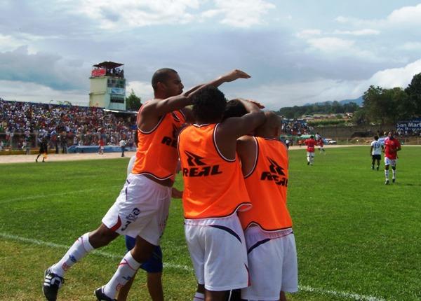 UNIÓN DE ALEGRÍAS. Los jugadores del 'Poderoso del Altomayo' celebraron eufóricos el tanto de Merino. (Foto: Revista Gol de Oro)