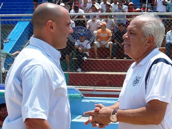 CARA A CARA. Los técnicos de ambos equipo, Aníbal Ruiz y Hernán Lisi, se dieron un apretón de manos antes del cotejo. (Foto: Revista Gol de Oro)