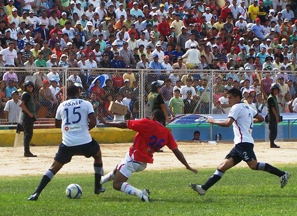 CARNE Y BOLA. Luis Laguna se lanza temerariamente para quitarle un balón a Guizasola. El delantero de Unión Comercio pudo lesionar al lateral izquierdo de San Martín. (Foto: Revista Gol de Oro)