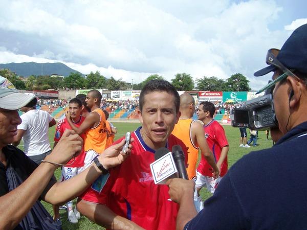 EL REQUERIDO. Como ya es costumbre, Roberto Merino fue el jugador más requerido por la prensa al término del encuentro. (Foto: Revista Gol de Oro)
