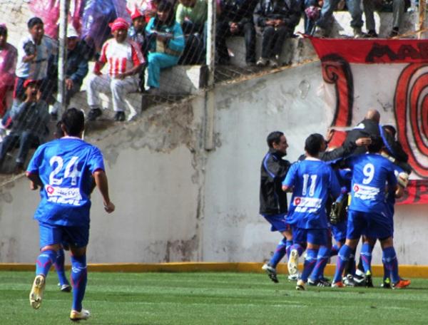 PARA EL YOUTUBE. Merino deslumbró con su juego en Cusco y marcó un tanto hermoso de tiro libre. En la imagen se observa el festejo de los jugadores de Unión Comercio. (Foto: Diario del Cusco)