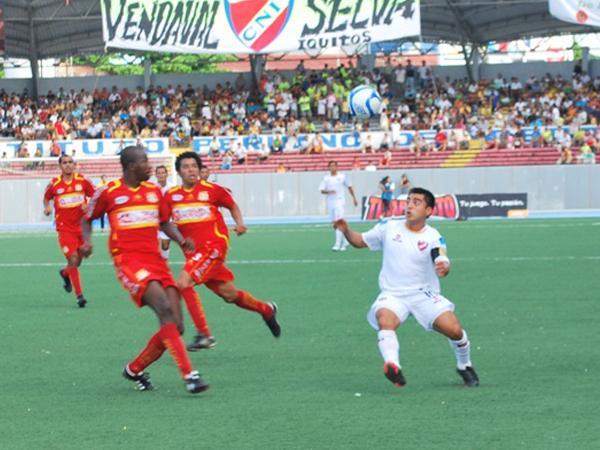 AL FRENTE. Sport Huancayo supo controlar algunos ataques del cuadro local a tiempo. Aquí Figueroa espera la arremetida de Barrena. (Foto: Fernando Herrera / DeChalaca.com)
