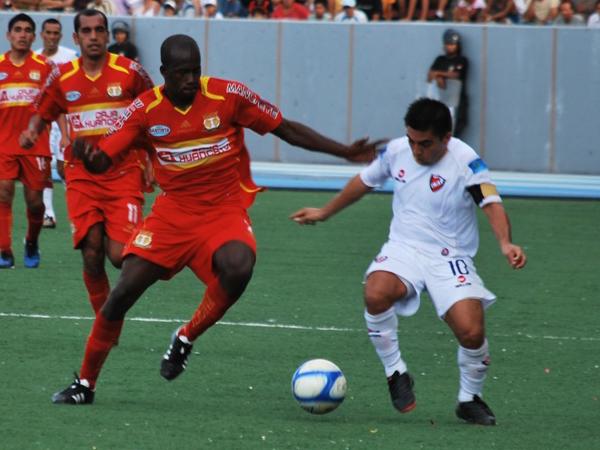 FECHA 07. Luego de dos 3-1, a CNI le tocó recibir uno. Sport Huancayo le ganó fácil en su cancha, el Max Augustín. (Foto: Fernando Herrera / DeChalaca.com)