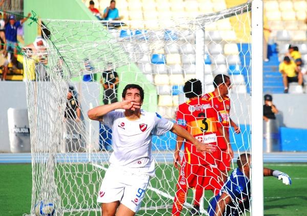 EL LECHERO. El argentino Muriel Orlando no pudo tener más suerte al encontrarse un balón suelto debajo del arco que le permitió abrir la cuenta en el partido de CNI – Sport Huancayo. (Foto: Fernando Herrera / DeChalaca.com)