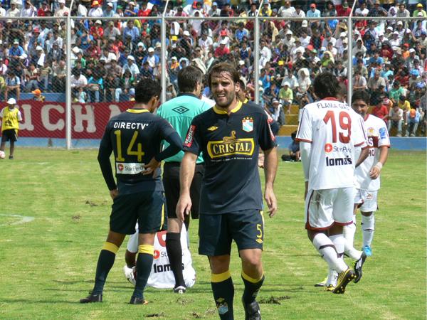 RECIÉN EMPIEZAS. Alejandro Frezzotti tuvo una actuación aceptable en Sporting Cristal. El popular 'Topa' siempre trató de marcar y defender en los momentos de ataques a favor de Inti Gas. (Foto: Ciro Madueño)