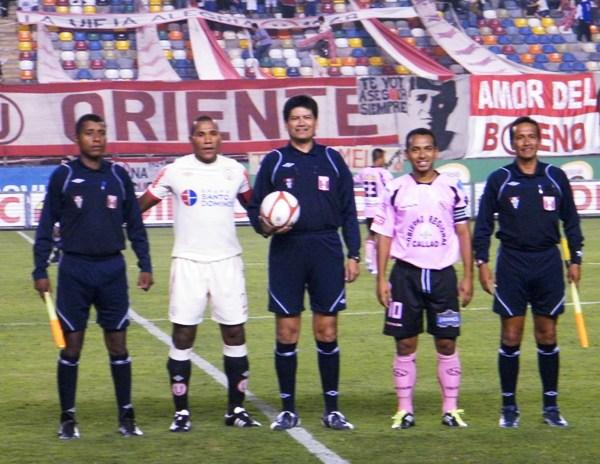 DIGAN WHISKY. La terna arbirtral, con una sonrisa de oreja a oreja, posó junto con los capitanes de ambos equipos antes del partido. Lamentablemente, al final del partido los rosados se fuero encima del árbitro por el tiempo otorgado en los descuentos. (Foto: Wagner Quiroz / DeChalaca.com)