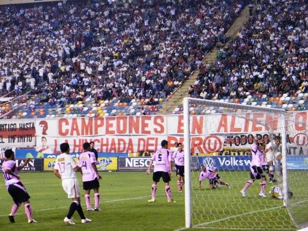TRANQUILOS MUCHACHOS. Guevara logra quitarle el grito de gol a Morel cuando éste se disponía a rematar a quemarropa. (Foto: Wagner Quiroz / DeChalaca.com)