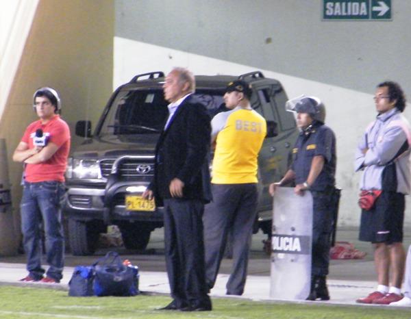 A LA EXPECTATIVA. Company siguió a su manera las incidencias del partido.  (Foto: Wagner Quiroz / DeChalaca.com)