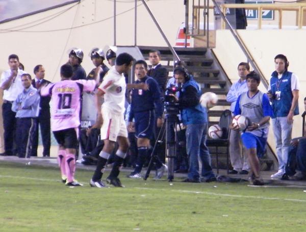 CONFUSIÓN. La imagen muestra la confusión de Piero Alva al escoger con qué balón jugar. Confusión que a veces se plasma en el campo con el 'Zorrito'. (Foto: Wágner Quiroz / DeChalaca.com)