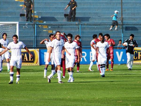 DESAZÓN AL POR MAYOR. Tras el pitazo final, los jugadores de San Martín no ocultaron su malestar por el mal resultado ante León. (Foto: Wagner Quiroz / DeChalaca.com)