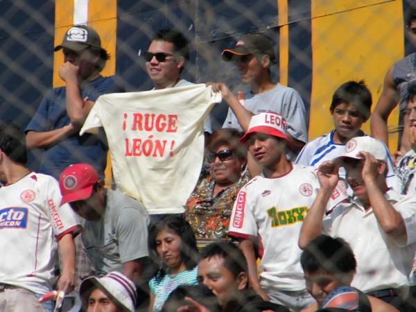 LOS VISITANTES. Una numerosa barra del León se hizo presenten en el San Martín para alentar al cuadro huanuqueño. (Foto: Wagner Quiroz / DeChalaca.com)
