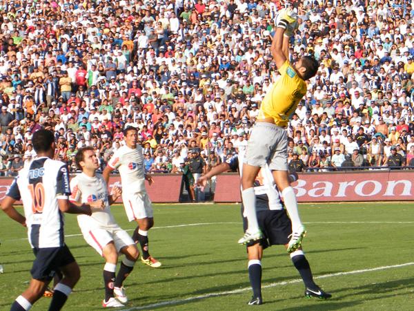 Raúl Fernández no tapó siempre por una inoportuna lesión, pero cuando regresó, lo hizo con la categoría que se le conoce. (Wagner Quiroz / DeChalaca.com)