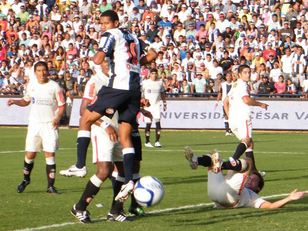 FUERA DE ÓRBITA. Alianza Lima seguía intentando; sin embargo, después del penal fallado, todo hacía suponer que el balón no iba ingresar a ninguno de los dos arcos. (Foto: Wagner Quiroz / DeChalaca.com)