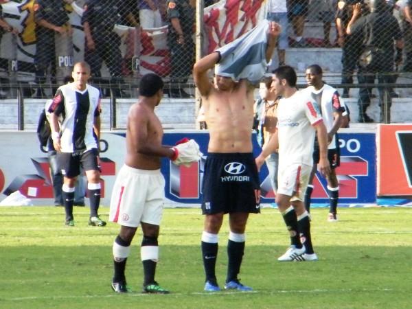 VENGAN ESAS CAMISETAS. De Ovelar a 'Toñito' Gonzales, y viceversa. El intercambio del final del partido. (Foto: Wagner Quiroz / DeChalaca.com)