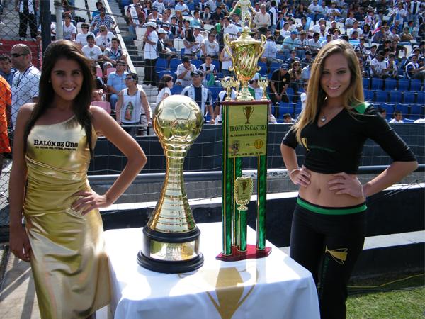 MOTIVOS PARA GANAR. Estas bellezas adornan la copa que fue ofrecida para el ganador del 'Clásico del Fútbol Peruano'. (Foto: Wagner Quiroz /DeChalaca.com)