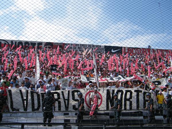 LA CREMA PRESENTE. La barra de Universitario ingresó en gran cantidad al estadio aliancista. En el clásico, ningún alfiler entra. (Foto: Wagner Quiroz /DeChalaca.com)