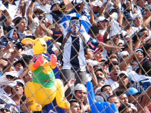 EUFORIA BLANQUIAZUL. Los gritos de los hinchas no se hicieron esperar, la locura es imparable cuando el hincha clama por su equipo. (Foto: Wagner Quiroz /DeChalaca.com)