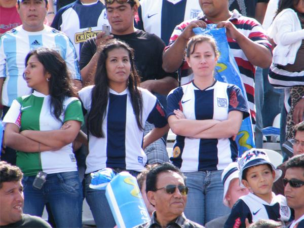 ROBANDO MIRADAS II. Tres hermosas mujeres esperan con un poco de impaciencia el comienzo del partido. (Foto: Wagner Quiroz /DeChalaca.com)