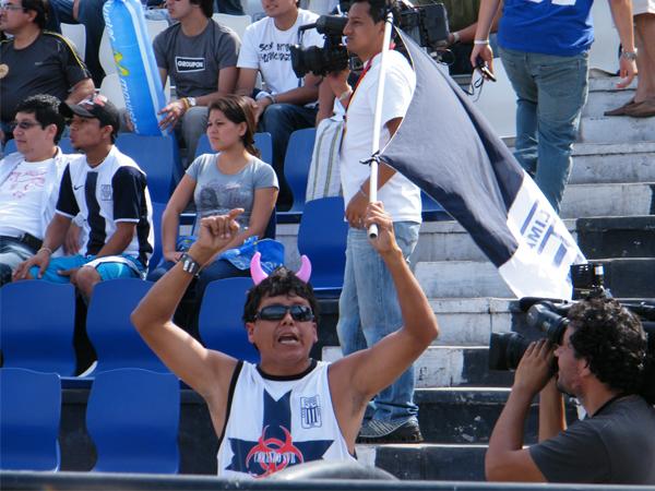 EL MÁS EUFÓRICO. La tribuna se mantenía tranquila; sin embargo, este hincha no puede controlar su emoción y grita por su Alianza Lima. (Foto: Wagner Quiroz /DeChalaca.com)