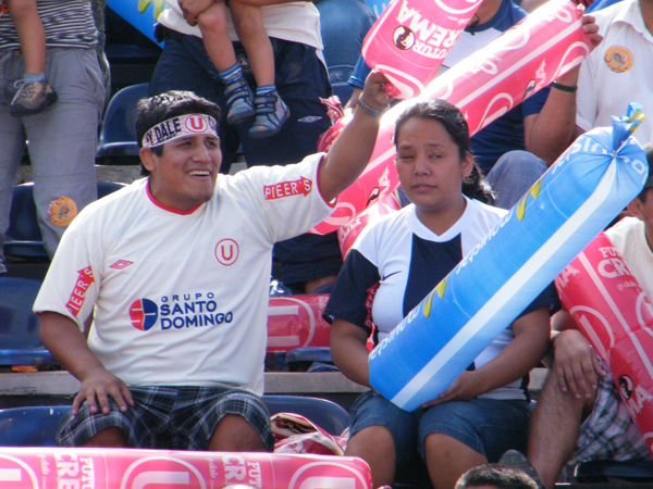 CLÁSICO ES AMARTE. Una pareja comparten su emoción por el 'clásico', pero con distintas camisetas. El fútbol es así, y el amor también. (Foto: Wagner Quiroz /DeChalaca.com)