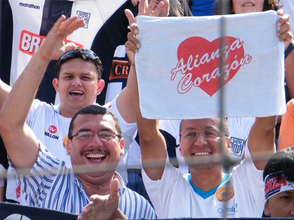 EL CORAZÓN BLANQUIAZUL. Dos alegres hinchas muestran con orgullo un simple pero hermoso dibujo de lo que para ellos significa Alianza Lima. (Foto: Wagner Quiroz /DeChalaca.com)