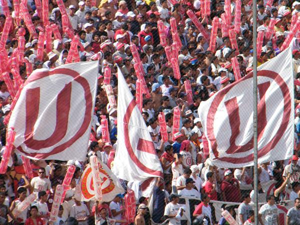 CREMA INNATA. Banderas 'cremas' flameban en Matute. Todos los hinchas gozaron desde la previa. (Foto: Wagner Quiroz /DeChalaca.com)