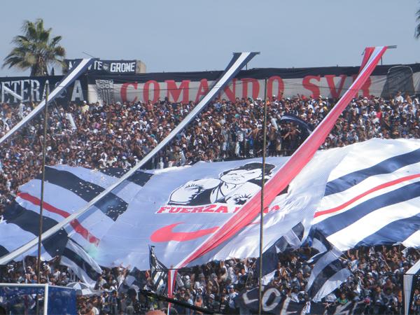 ELLA ES LA HINCHA. Una gran bandera con la imagen de la campeona Kina Malpartida, la hincha aliancista más ilustre de la actualidad. (Foto: Wagner Quiroz /DeChalaca.com)