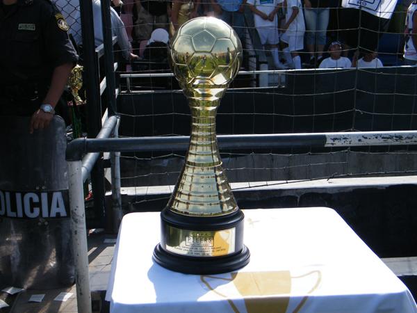 ENTRE COPAS. Otra copa más ofrecida para el ganador del encuentro. Todo por el clásico. (Foto: Wagner Quiroz /DeChalaca.com)