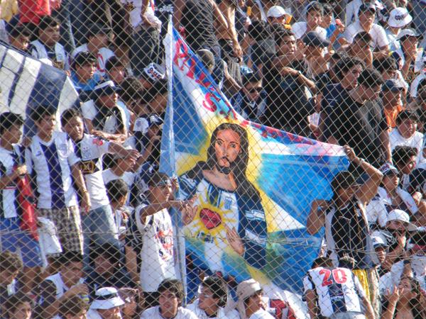 ENCOMENDADOS. Una imagen de cristo como hincha aliancista. El amor a nuestro salvador siempre se refleja, en todos los contextos. (Foto: Wagner Quiroz /DeChalaca.com)