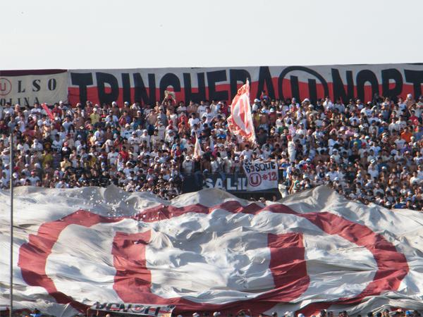 NO HAY VISITANTE. Una gran banderola de Universitario, que encumbre casi la mitad de la tribuna norte. Universitario llevó gran público al escenario 'blanquiazul'. (Foto: Wagner Quiroz /DeChalaca.com)