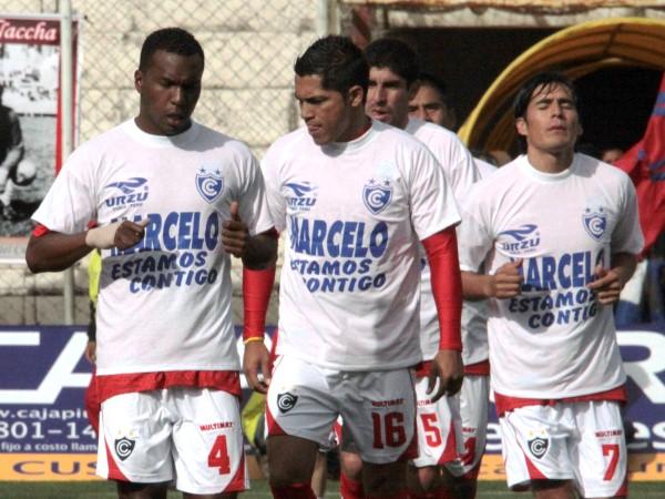 AL PAPÀ CON CARIÑO. Los jugadores de Cienciano salieron con un mensaje de apoyo a su técnico, Marcelo Trobbiani, por los momentos difíciles que pasa en Argentina, pues su padre se encuentra mal de salud. (Foto: Diario El Sol del Cusco)