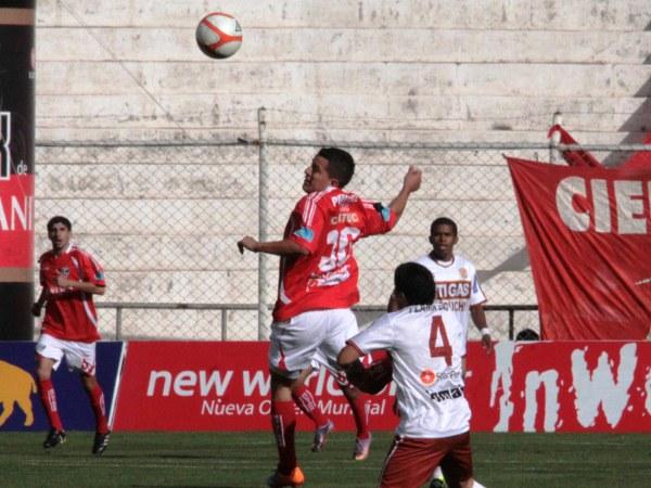 EN EL AIRE. Carlos Olascuaga nuevamente fungió como volante por un extremo, por donde tuvo a un duro rival: Javier Chumpitaz. (Foto: Diario El Sol del Cusco)