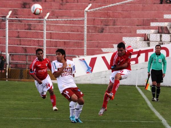 SE LE APAGÓ LA TELE. Olascuaga no tuvo mucha visión de juego y, como en la imagen, en ocasiones tuvo que apelar al pelotazo. (Foto: Diario El Sol del Cusco)