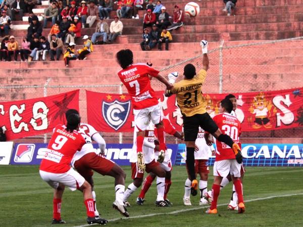 VUELAN MUY ALTO. Joel Pinto saca el balón del área, luego de un sorprendente salto de Edwin Retamoso. (Foto: Diario El Sol del Cusco)
