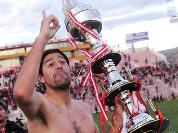 ¿PREMONICIÓN?. Sergio Ibarra y una imagen que se podría repetir a final de año si Cienciano no tiene en algún hoyo futbolístico e institucional. (Foto: Diario El Sol del Cusco)