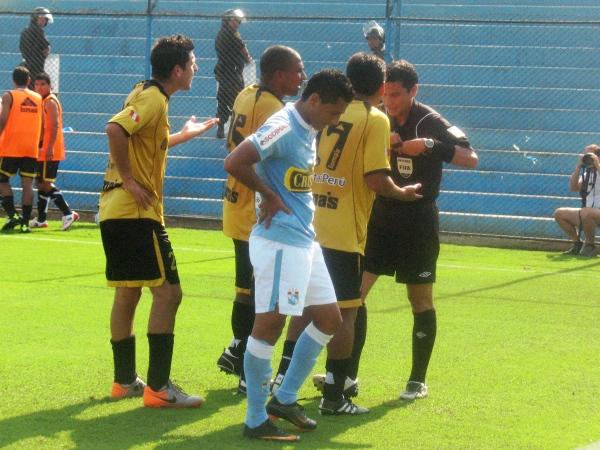 SAL SOLCITO. Pese a los reclamos de Hernández, Bernales y Llanos, Gambetta le sacó la tarjeta amarilla al experimentado lateral. (Foto: José Salcedo / DeChalaca.com)