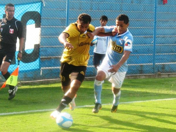 LE FALTA ALTURA. Lejos de repetir la campaña que tuvo con Inti Gas, Mina todavía se muestra falto de fútbol. (Foto: José Salcedo / DeChalaca.com)