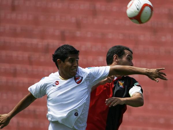 MATARON AL TORO. La defensa selvática neutralizó por completo a Meza Cuadra, quien estuvo irreconocible. (Foto: diario La Voz de Arequipa)