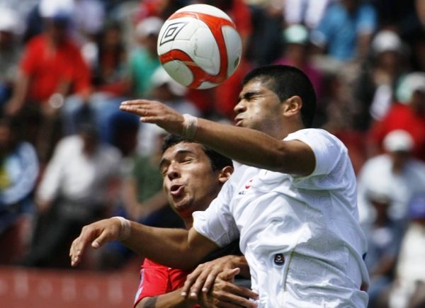 SALTO AL VACÍO. Barros y Rodríguez saltan con todo para ganar un balón. A pesar del esfuerzo realizado, ninguno de los dos cuadros pudo sacarse ventajas dada las serias deficiencias en la definición de sus atacantes. (Foto: diario La Voz de Arequipa)