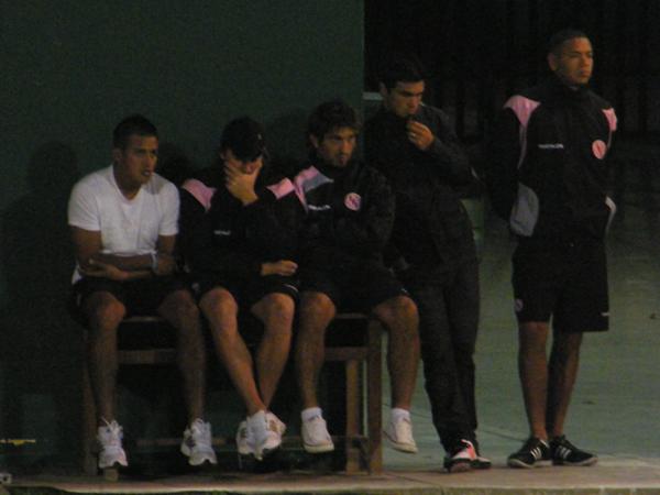 DESDE AFUERA ES PEOR. Gárate, Carranza, Giampietri, Caggiano y Callens, sufren al ver como el equipo cae con contundecia y clase de fútbol. (Foto: Wagner Quiroz / DeChalaca.com)