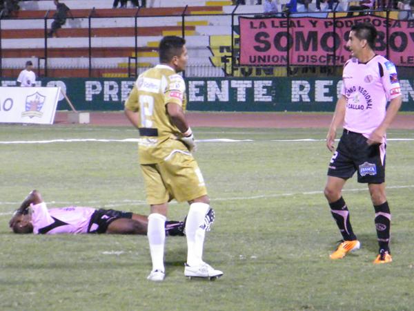 ¡AY FISCHER! Fischer Guevara reemplazó a Carranza y tenía que intentar que el rival no anotara más goles; sin embargo, un gran error del golero rosado provocÓ que Mauricio Montes anotara el 0-4. (Foto: Wagner Quiroz / DeChalaca.com)