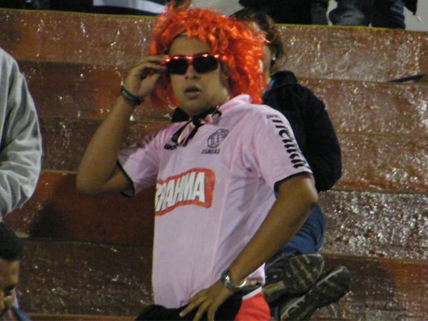 EL ESTRAFALARIO. Este hincha de Sport Boys asistió al estadio Miguel Grau con un look más que llamativo. ¿Será que le trajo mala suerte a los del primer puerto? (Foto: Wagner Quiroz / DeChalaca.com)