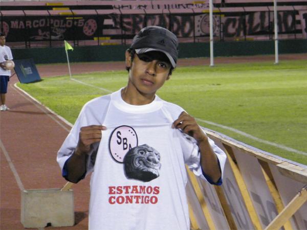 LA CAMISETA. Un recogebolas del Boys - Aurich muestra la camiseta con la imagen impregnada de la Cabeza Clava de Chavín. Justamente, en la fecha 8 se homenajeó a los heroes del operativo Chavín de Huántar. (Foto: Wagner Quiroz / DeChalaca.com)