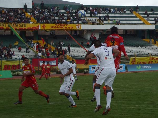 ALERTA ROJA. Sport Huancayo siempre se mantuvo peligroso en área 'santa'. La ofensiva local hizo sufrir a los defensivos de San Martín. (Foto: diario Primcia de Huancayo)